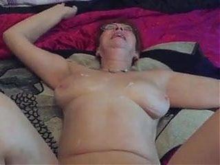 La vieille a le droit a son petit doigt dans le cul