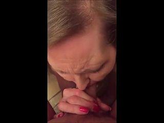 Mamie a la retraite retire son dentier pour sucer une bite